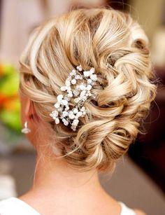 Comme Julia Roberts, égérie de parfum La Vie Est Belle de Lancôme, on détache quelques mèches de cheveux de son chignon avant de les onduler légèrement pour un effet ultra-romantique.