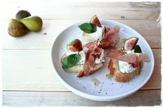 Crostini con robiola, fichi e speck - Croutons with goat, figs and speck