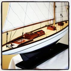 Drewniany model jachtu oceanicznego, stylowa dekoracja w morskim stylu, pełen symboliki element żeglarskiego wystroju wnętrz, żeglarski prezent, morski upominek, Photo by http://sklep.marynistyka.org