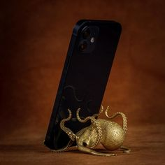 This octopus phoneholder is currently sold out, but you can still preorder if you really love it.Each piece is handcrafted by our skilled artisans and due to the complexity of this design the production period is about 15-20 working days. We would greatly appreciate your patience and understanding as we work to meet de Tentacle, Greek Mythology, Phone Holder, Octopus, Appreciation, Product Launch, Bronze, Creative, Unique