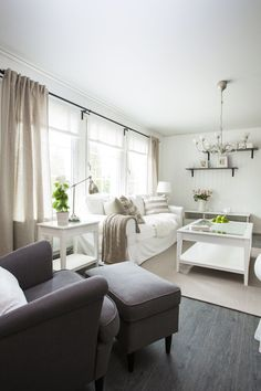 Vardagsrum inrett med naturliga färger i ett Älvsbyhus.
