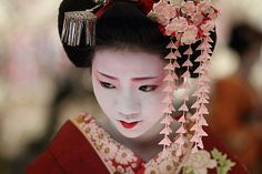 flower / people / portrait / face / japanese / beauty : maiko, kyoto japan / canon 7d  日本・京都 舞妓 梅らくさん | Flickr - Photo Sharing!