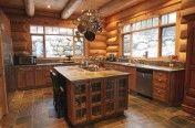 Cuisine rustique dans une maison de bois rond