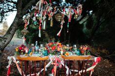 Cuelga cintas de colores para decorar una boda bohemia