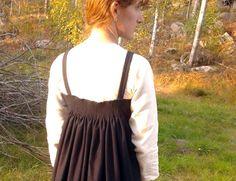 Hängselkjol inspirerad av vikingatida fynd från Køstrup  Apron dress or smokkr inspired by extant piece from Køstrup, Denmark. Viking age.