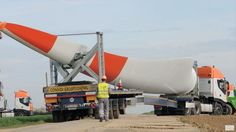 Grove and Liebherr Mobilkran unload wind turbine blades
