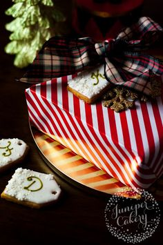 Warming up your home with freshly baked cookies is one of the best feelings of the festive season, and decorating them in creative ways adds to the fun. #cookie