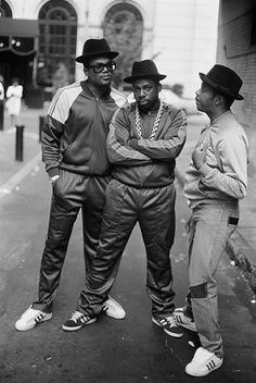 RUN DMC FASHION Um dos grupos de hip-hop mais famosos que marcaram pela música e pelos seus fatos de treinos , bem como a moda das adidas superstars