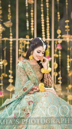 most beautiful mehndi look ever Pakistani Mehndi Dress, Bridal Mehndi Dresses, Pakistani Wedding Outfits, Bridal Dress Design, Pakistani Bridal Dresses, Pakistani Wedding Dresses, Bridal Outfits, Bridal Lehenga, Mehendi