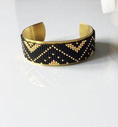 Bracelet manchette rigide et tissage perles miyuki noires mattes et plaquées or 24 carats : Bracelet par by-lilyjoe