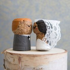 To See These DIY, Painted Champagne Cork Bride + Groom! These DIY champagne cork bride and groom keepsakes are the BEST thing ever!These DIY champagne cork bride and groom keepsakes are the BEST thing ever! Wine Craft, Wine Cork Crafts, Bottle Crafts, Champagne Cork Crafts, Champagne Corks, Wedding Champagne, Make Your Own Wedding Cakes, Wine Cork Art, Wine Corks
