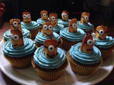 Nach der Neuigkeit über den Film der Minions, ist mir die Idee gekommen Minion Cupcakes zu backen. Das Rezept ist sehr einfach aber die Cupcakes machen ordentlich was her!
