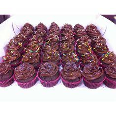 ¿Ya probaste nuestros #Cupcakes de chocolate rellenos de arequipe, frutos rojos o maracuyá? Ven y visítanos en la Cra 11 No. 138 - 18 L3. www.SoSweet.com.co - #Pastry #pastelería #repostería #SoSweet #bogotá Cupcakes en Bogotá.
