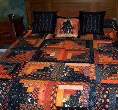 check out this log cabin Halloween quilt from Kris at A Nostalgic Halloween. Sometimes quilts are too fussy and granny to me, but I really like this one.I really like MOST quilts, but some are just. Halloween Sewing, Fall Sewing, Halloween Projects, Halloween Queen, Halloween Ideas, Halloween Stuff, Trendy Halloween, Vintage Halloween, Halloween Quilt Patterns