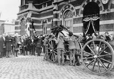 The body of Edith Cavell being taken from the mortuary for transport back to England, 13 May Edith Cavell, Norwich Cathedral, Vintage Nurse, School Pictures, World War One, Christian Faith, Wwi, Pathways, Historical Photos