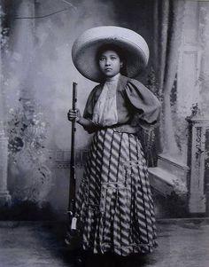 """Adela Velarde Pérez, enfermera oriunda de Ciudad Juárez, fue la persona que inspiró el corrido popular """"Adelita"""". Fue nieta de Rafael Velarde, amigo de Benito Juárez, quien dio alojamiento al Benemérito de las Américas en su exilio en Paso del Norte. En 1914, """"Adelita"""" atendió al soldado herido Antonio del Río Armenta, quien le compuso el famoso corrido."""
