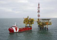 Het bevoorradingsvaartuig VOS Base bij het K5 gasproductiecomplex van Total E&P Nederland (aangeleverde foto).