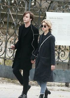 Charlie Heaton (Johnathan) and Natalia Dyer (Nancy). Hope they are a real life couple, so cute together.