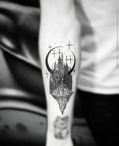 E esta combinação com um castelo. | 19 tatuagens inspiradas na lua que são verdadeiras obras de arte