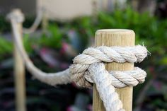 post and rope Rope Fence, Rope Railing, Deck Railings, Landscape Stairs, Front Garden Landscape, House Landscape, Backyard Beach, Backyard Landscaping, Backyard Patio