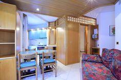 Monolocale Bosco situato al 1° piano (servito da ascensore) con zona notte matrimoniale/doppia, zona giorno con divano letto 2 posti, angolo cottura, balcone lato est vista bosco, bagno con doccia e finestra.