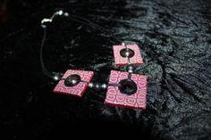 Collier pseudo-tribal carré rouge, noir et gris