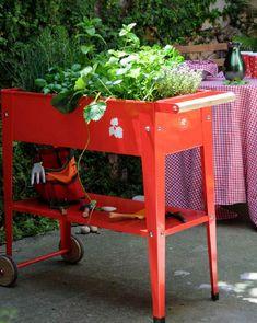 Huerto Urbano Jardinería del Vallés - fabricada en metal galvanizado para el cultivo urbano de sus propias hortalizas en el balcón, terraza o cualquier espacio por reducido que sea.