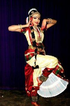 A dança classica indiana, conta a história, surgiu com a escritura Natya Shastra.