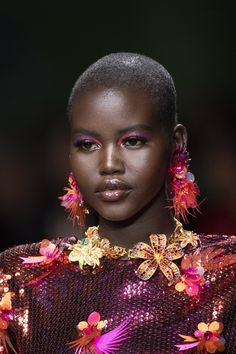 Versace at Milan Fashion Week Spring 2020 - Details Runway Photos The Effective Pictures We Offer You About Beauty Routine italiano A quality picture Fashion Blogger Style, Look Fashion, Milan Fashion, Fashion Details, Runway Fashion, Fashion Outfits, Beautiful Dark Skinned Women, My Black Is Beautiful, Beautiful Pictures