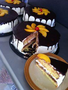 Brunella pastel esponjoso de naranja relleno de duraznos con tres leches y chocolate confitado