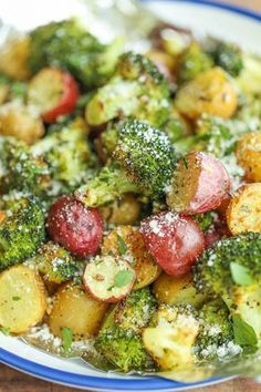 vegetable recipes Garlic Parmesan Broccoli and Potatoes in Foil - The easiest, flavor-packed side dish EVER! Wrap everything in foil, toss in your seasonings and youre set! Broccoli And Potatoes, Parmesan Broccoli, Garlic Parmesan, Parmesan Potatoes, Baby Potatoes, Broccoli Meals, Garlic Chicken, Broccoli On The Grill, Cook Potatoes