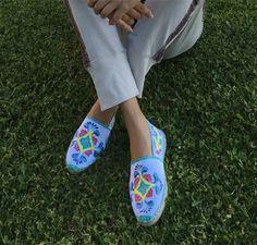 Alpargatas pintadas a mano talavera estilo barroco, bohemio, etnico, zapatos mexicanos pintados a mano, zapatos talavera mexico de TheGranBlue en Etsy https://www.etsy.com/es/listing/279447356/alpargatas-pintadas-a-mano-talavera
