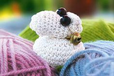 Gestatten: Lili, das kleine Lamm. Niedlich, oder? Wir zeigen Ihnen, wie Sie das Schäfchen es ganz leicht häkeln können. © 2013 Christophorus Verlag GmbH & Co. KG