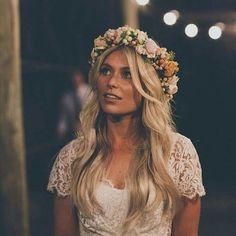 Yo y mi obsesión por las novias de pelo suelto y coronas de flores . . . . #novia #novias #noviasconestilo #noviaperfecta #bride #brides #bridal #boda #bodas #wedding #weddingdress #vestidonovia #vestidodenovia #weddingstyle #weddinginspiration #tocado #tocados #tocadonovia #invitadaperfecta #corona #coronadeflores #coronaflores #peinado #peinados #hairstyle