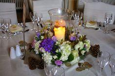 Ghirlanda di ortensie viola e bianche intorno al vaso Hurricane