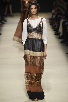 See all the Collection photos from Alberta Ferretti Spring/Summer 2016 Ready-To-Wear now on British Vogue Trendy Fashion, Runway Fashion, Boho Fashion, Fashion Models, High Fashion, Fashion Show, Fashion Design, Milan Fashion, Style Fashion