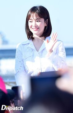 Song Hye Kyo dồn dập trở lại Kbiz: Đẹp rạng rỡ với gương mặt bầu bĩnh, khoe đôi chân trắng nõn tại sự kiện - Ảnh 5.