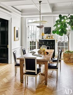 A causal yet elegant dining space. We especially love the vibrant green via the fiddle leaf fig! 12-At Home With | Nate Berkus & Jeremiah Brent-This Is Glamorous