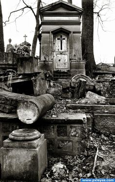 Père-Lachaise picture, by wind for: cemeteries photography contest Cemetery Monuments, Cemetery Statues, Cemetery Headstones, Old Cemeteries, Cemetery Art, Graveyards, Abandoned Buildings, Abandoned Places, Photography Contests