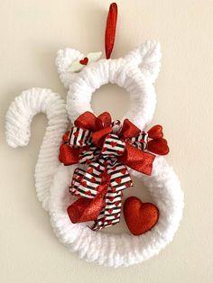 Crochet Christmas Wreath, Cat Christmas Ornaments, Christmas Cats, Xmas, Pool Noodle Wreath, Pool Noodle Christmas Wreath, Pool Noodle Crafts, Valentine Wreath, Valentine Decorations