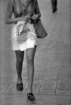 Cette silhouette anonyme d'une femme sortant d'un Prisunic a été immortalisée par Raymond Depardon, alors photographe de l'agence mythique Magnum en 1967 à Paris. Quelle est la pièce la plus di
