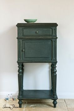 Annie Sloan Graphite Chalk Paint Graphite is a soft black inspired by Lamp Black, a traditional pigment. It works for many interiors from neoclassical to modern. When waxed, it becomes a beautiful black like dark slate. Annie Sloan Chalk Paint Graphite, Black Chalk Paint, Chalk Paint Colors, Annie Sloan Paints, Chalk Painting, White Chalk, Paint Furniture, Furniture Makeover, Dresser Makeovers