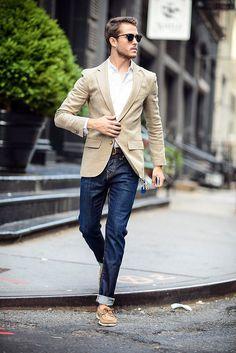 Комбинация спортивного пиджака со строгой рубашкой и классического кроя джинсами подойдет не только для досуга, но и рабочего гардероба