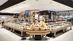 Große Auswahl bietet die Käsetheke mit rund 440 Käsesorten. Zahlreiche Frischkäsezubereitungen werden täglich in Eigenproduktion hergestellt und verkauft. Zwischen den Thekenmodulen bietet ein ungekühlter Bereich die Möglichkeit, korrespondierende Getränke, Gebäck oder andere Käsebegleiter wie Senf zu platzieren.