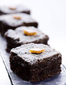 Het mag dan niet meer zo koud zijn, wij blijven in de mood voor koek & zopie. Zopie maakten we al eerder, vandaag bakken we de koek: sinaasappelbrownies uit eigen oven. Lekker tijdens een winterse wandeling of thuis, met een flinke lepel rumroom. sinaasappelbrownies gebak (16 stuks) 1 (biologische) sinaasappel 150 roomboter 150 g puur … (Lees verder…)