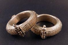 Alte Silber indischer Armband von Himachal Pradesh, genannt Gojaru, ethnische tribal Schmuck, indischer Silber, alte ethnische indische bangle
