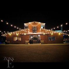 Pequeñas bombillas se lanzan una detrás de otra, para iluminar cada espacio de #ZonaE. #BodasCampestres #BodasAlAireLibre #Eventos #Fiestas #FiestasDeNoche
