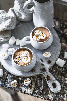 Der unverschämt leckere Chai Latte Hot Chocolate mit süßen Marshmallows – heute in der Schneemann Spezial Ausgabe. So einfach macht ihr die Kombination Chai Latte mit Hot Chocolate selbst. Dazu noch süße kleine Marshmallow Schneemänner. Fertig ist der Gute Laune Winter Drink!