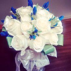 Uno de nuestros diseños para #Novias Hermoso contraste con azul.
