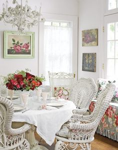 Eye For Design: Decorating Vintage Cottage Style Interiors Shabby Chic Mode, Shabby Chic Dining, Shabby Chic Interiors, Vintage Shabby Chic, Shabby Chic Style, Shabby Chic Furniture, Shabby Chic Decor, House Interiors, Vintage Decor